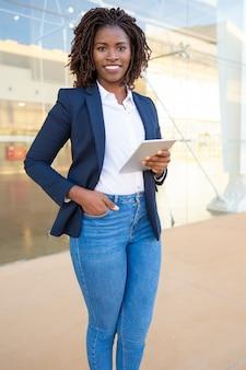 Femme affaires, à, tablette pc, sourire, appareil-photo