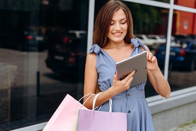 Femme affaires, à, tablette, près, centre commercial