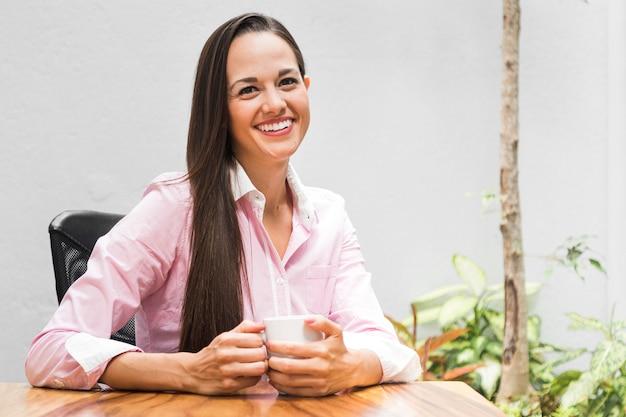 Femme d'affaires avec une tasse de café