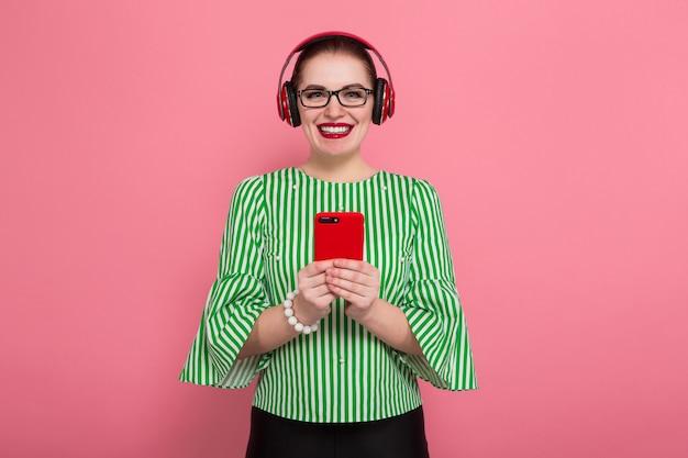Femme affaires, téléphone, écouteurs