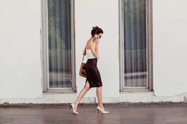 Femme affaires, à, téléphone portable