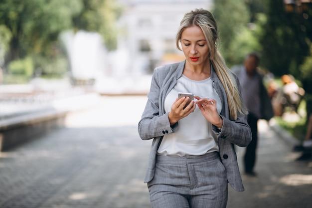 Femme d'affaires avec téléphone