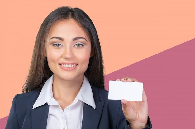 Femme d'affaires tenant une bannière