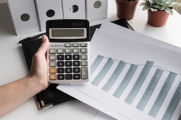 Femme d'affaires tenant la calculatrice