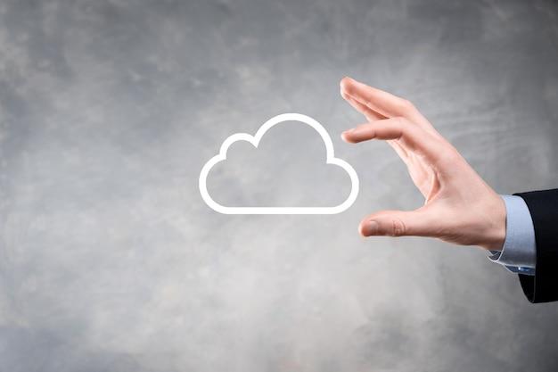 Femme d & # 39; affaires tenant des informations de données de connexion réseau et icône de cloud computing icône en main. cloud computing et concept technologique.
