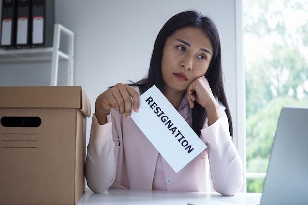 Femme d'affaires tenant une lettre de démission