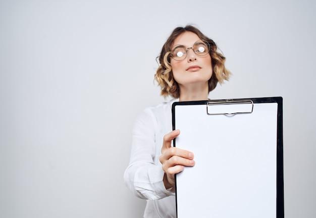 Femme d'affaires tenant à la main le bureau de l'espace de copie de la feuille vierge du dossier. photo de haute qualité