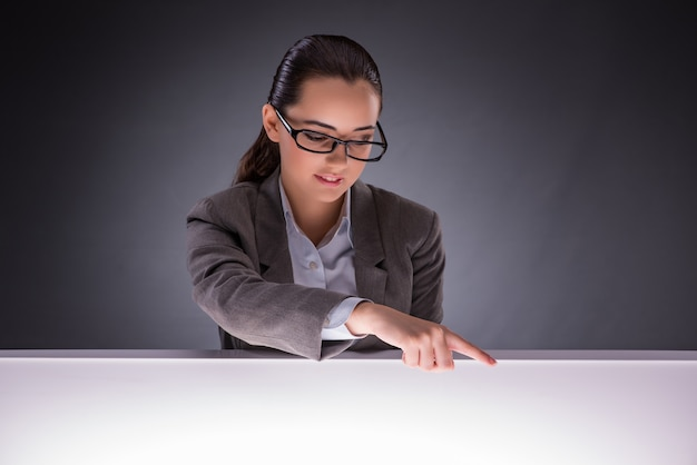 Femme affaires, tenant mains, dans, business concept