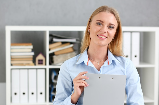 Femme d'affaires tenant un presse-papiers de tablette d'écriture