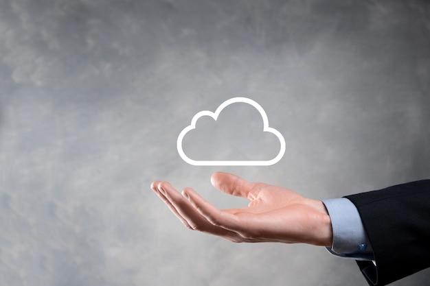 Femme d'affaires tenant le réseau informatique de nuage de symbole et les informations de données de connexion icône en main cloud computing et concept technologique.