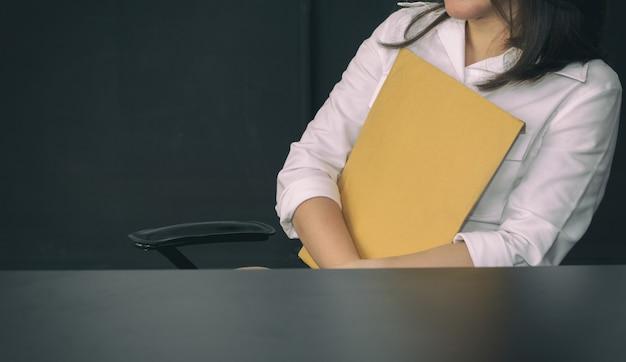 Femme affaires, tenue, brun, papier, enveloppes, dans, bureau