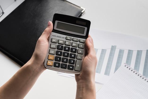Femme affaires, tenue, calculatrice