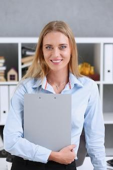 Femme affaires, tenue, a, écriture, tablette