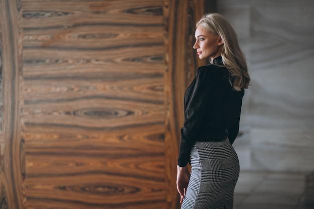 Femme d'affaires en tenue de fantaisie
