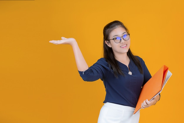 Femme affaires, tenue, fichier, orange
