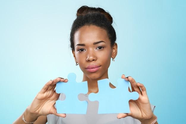 Femme affaires, tenue, pièces puzzle