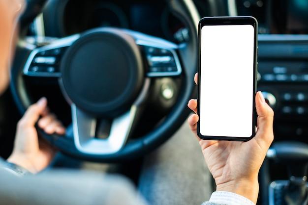 Femme affaires, tenue, smartphone, dans voiture