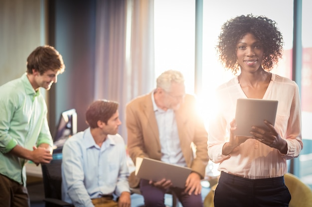 Femme affaires, tenue, tablette numérique, à, collègue, dans, fond