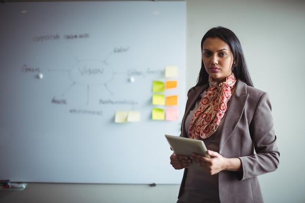 Femme affaires, tenue, tablette numérique