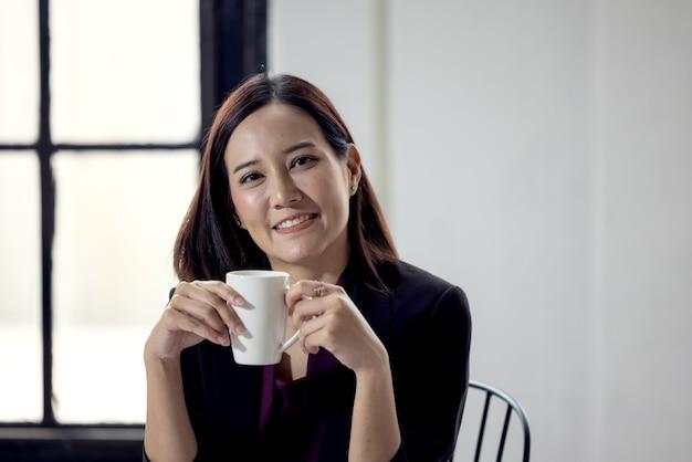 Femme affaires, tenue, tasse café, dans, bureau