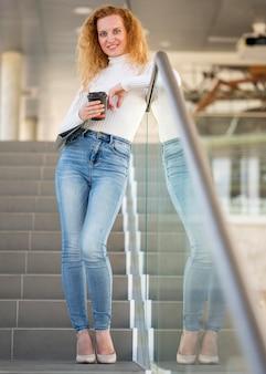Femme affaires, tenue, a, tasse café