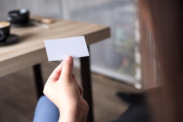 Femme affaires, tenue, vide, carte affaires, séance, bureau