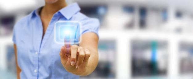 Femme d'affaires touchant le bouton de l'écran tactile moderne