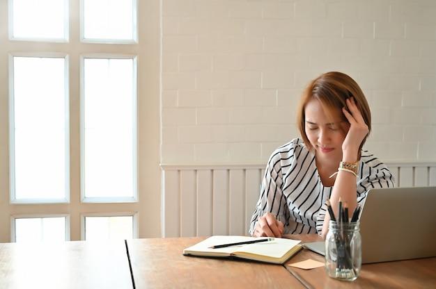 Femme affaires, toucher, masser, raide, tête, soulager, douleur, dans, muscles, travailler, dans, posture incorrecte