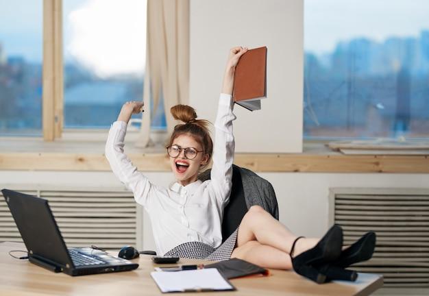 Femme affaires, travail bureau, ordinateur portable, bureau, secrétaire, technologie