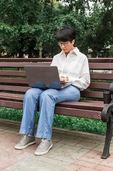 Femme affaires, travail extérieur, vue longue