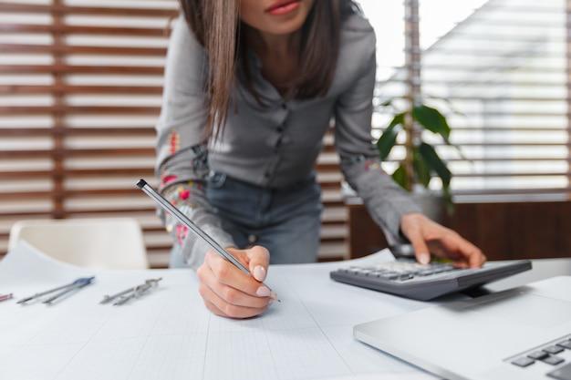 Femme d'affaires travaillant au bureau