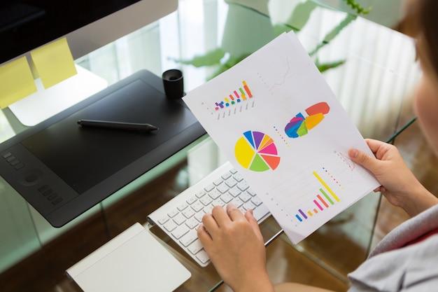 Femme d'affaires travaillant dans le bureau avec le diagramme financier