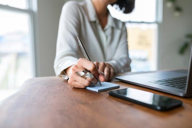 Femme d'affaires travaillant dans un bureau