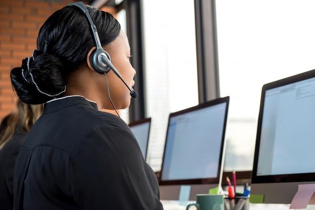Femme d'affaires travaillant dans un centre d'appels