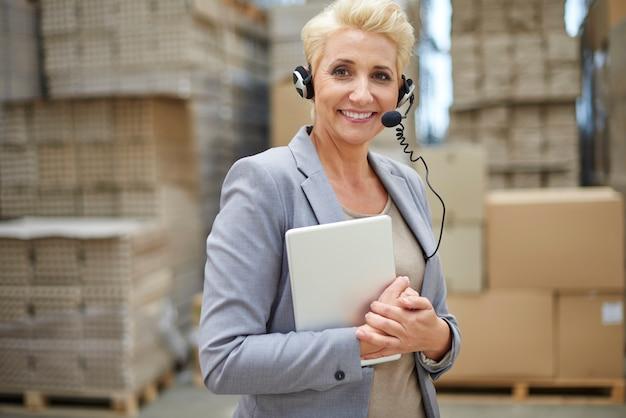 Femme d'affaires travaillant dans l'entrepôt