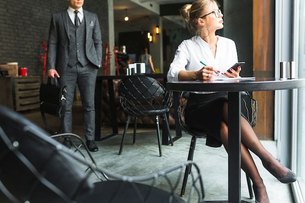 Femme d'affaires travaillant sur un document dans un restaurant
