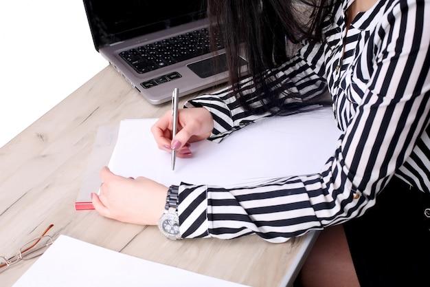 Femme d'affaires travaillant avec des documents au bureau