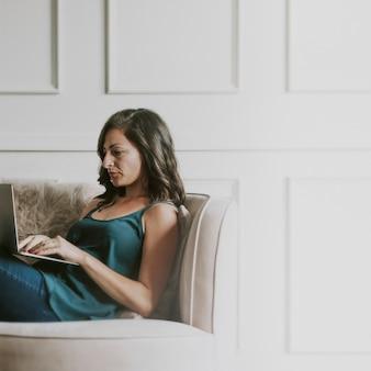 Femme d'affaires travaillant à domicile pendant la transmission du coronavirus