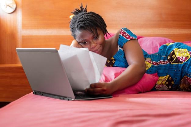 Femme d'affaires travaillant à domicile
