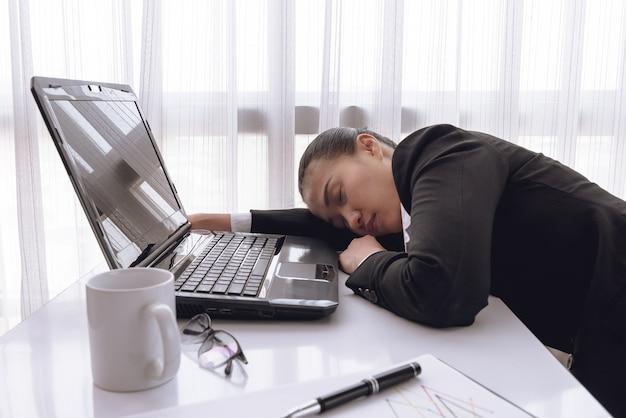 Femme d'affaires travaillant dur avec les dossiers de bureau et labtop