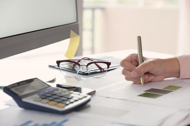 Femme d'affaires travaillant avec des graphiques de documents.