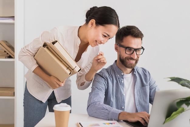 Femme d'affaires travaillant avec un homme d'affaires