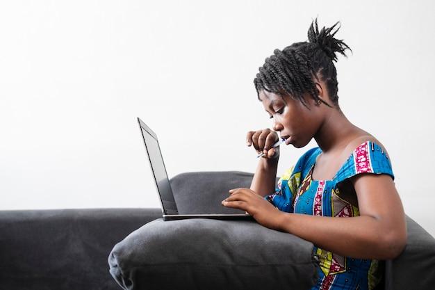 Femme d'affaires travaillant en ligne à la maison
