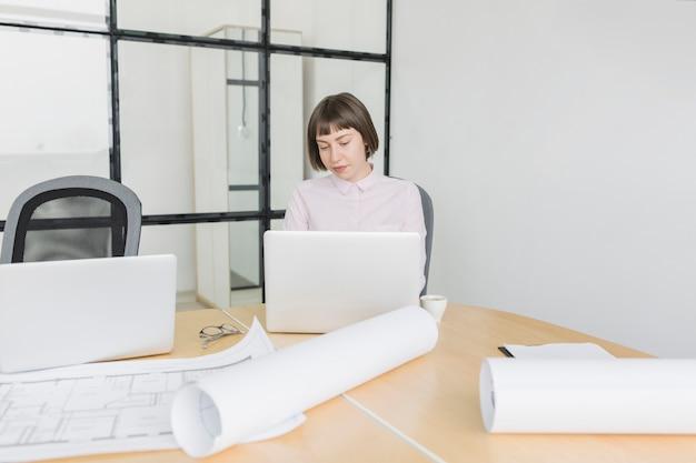 Femme d'affaires travaillant avec un ordinateur portable au bureau