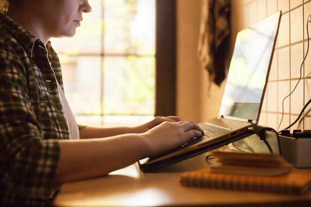 Femme d'affaires travaillant sur un ordinateur portable à domicile pendant covid-19.
