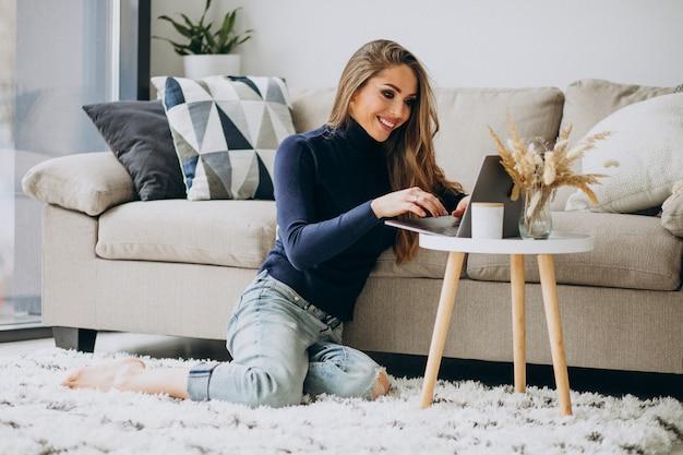 Femme d'affaires travaillant sur ordinateur portable à la maison