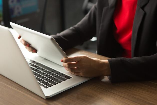 Femme d'affaires travaillant avec un ordinateur portable et un pavé tactile