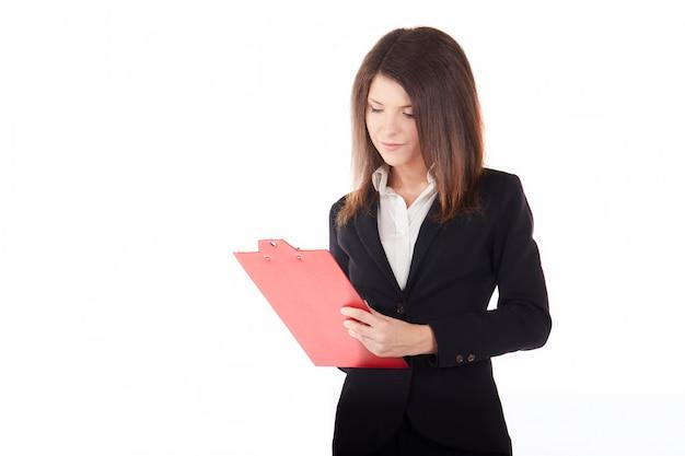 Femme d'affaires travaillant avec le presse-papiers - fond de studio