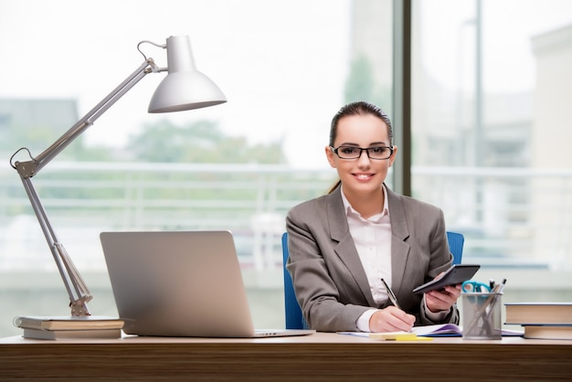 Femme d'affaires travaillant à son bureau