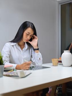 Femme d'affaires travaillant avec tablette numérique